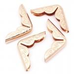 Металлический Уголок для альбома с узором, цвет: розовое золото, Размер внешних сторон уголка 21х21 мм., глубина-толщина зажима 4 мм, цена за 1 шт., IN000956