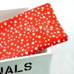 Ткань Stars белые на красном фоне, размер отреза ткани 50х50 см., TK000102