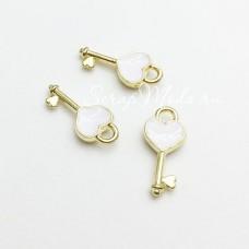 Подвеска Ключик золотой с белой эмалью, 24х19мм, цена за 1 шт., UP000627